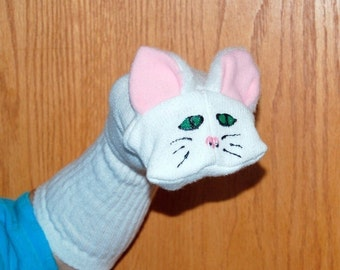Marionnette-chaussette chat blanc avec la bouche mobile