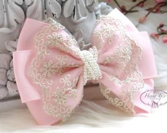 NOUVEAU à la main : Collection Ella Grace - léger ruban rose et dentelle Hair Bow appliques. Accessoires pour cheveux. Archet de Peart. Bébé tissu Bow.