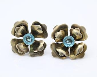 VTG 1940s Sterling Silver Flower Screw Back Earrings with Aqua Rhinestones. [8032]