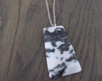 Silver-colored necklace with pendant agate