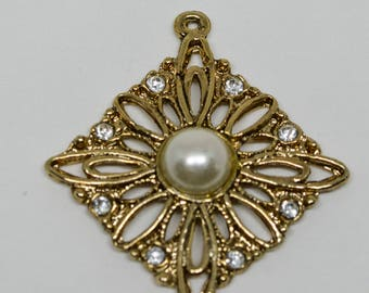 Lovely gold tone Charm With Faux Pearl