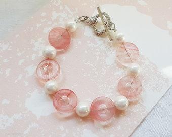 Bracelet femme, bijou romantique Tendresse rose, perle donut's pierre rose, perle de nacre, bracelet fil cablé  18 cm, cadeau fête des mères