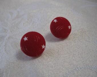 Rouge avec du blanc étoiles tissu recouvert de boucles d'oreilles