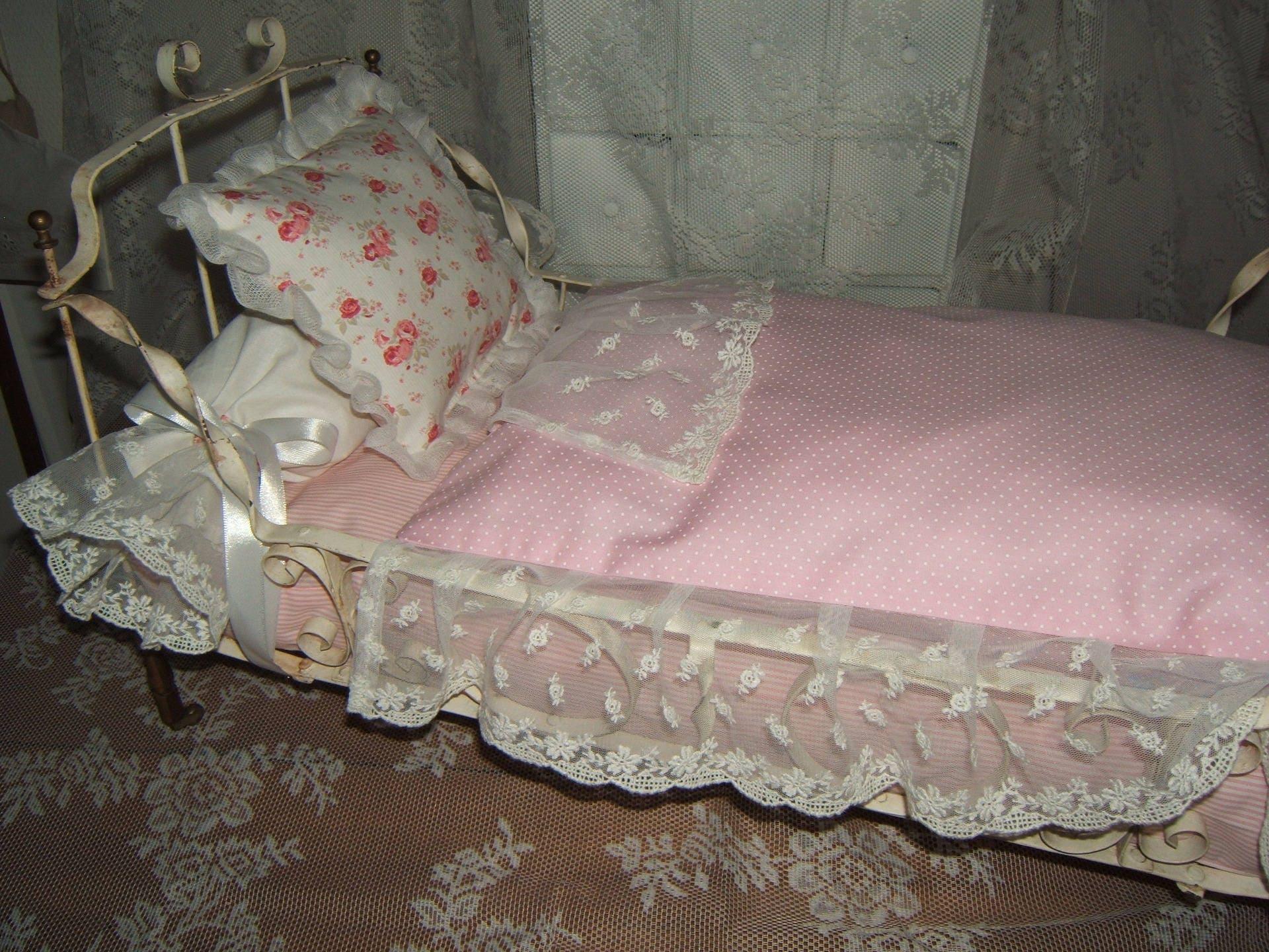 Shabby Chic... Schöne antike Bett und Puppe Bett Putz Spitze