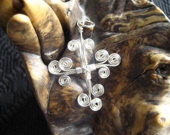 Ternissure fait à la main en argent émaillé cuivre contemporain tourbillonné Croix