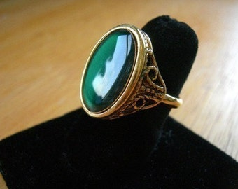 Vintage Gold Plated Green Emerald Resin Ring (J537) (1X)