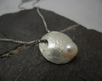 Minimalist round sterling silver textured with cultured pearl pendant