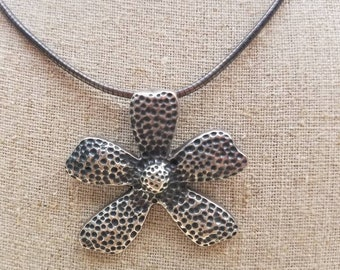 Vintage hammered Daisey flower pendant necklace Thailand 925 18 inch Necklace  with Lobster Clasp unique piece,
