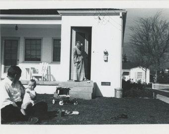 Vintage Snapshot Photo: Backyard, 1950s [85677]