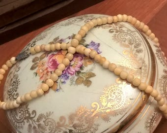 Vintage necklace with cream coloured beads