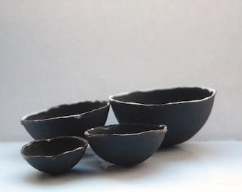 Limited Edition ensemble de 4 bols de nidification de grès noir chocolat avec les jantes blanches