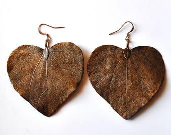 Large dangling earrings Ivy leaf skeleton in the shape of a vintage black patinated heart