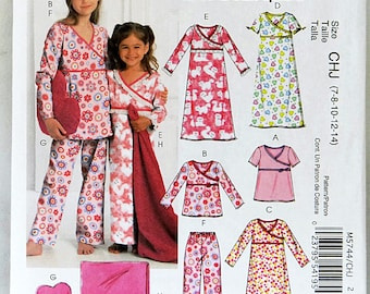 McCalls M5744 Girls Pajamas Sizes 7 to 14 Uncut Pattern Easy to sew Reversible Blanket Heart Shaped Pillow Copyright 2008 Pullover Nightgown