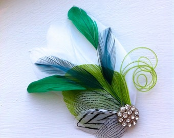 SIDNEY en chaux, Sarcelle et émeraude vert avec bibi plume noir et blanc avec cristal et perle, pince à cheveux plume, morceau de cheveux mariée