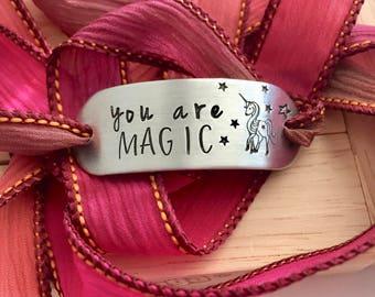 Vous êtes magique ~ main estampillé Wrap Bracelet en ruban