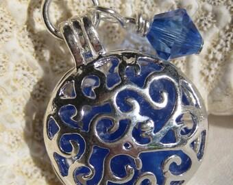 Mer verre médaillon collier - SeaGlass fait le monde tourner autour de Filagree médaillon en bleu de Cobalt