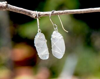 Mer véritable blanc boucles d'oreilles verre enveloppés dans du fil d'argent. Bijoux de verre de mer. Fait à la main Boucles d'oreilles en Israël. Livraison offerte à partir d'Israël