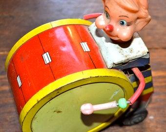 Vintage 1950's Daiya Japan wind up circus clown drummer On Wheels Tin Toy