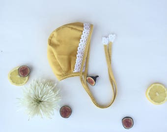 Baby girl organic cotton bonnet . Lace bonnet .
