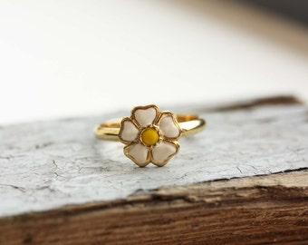 Daisy Ring Gold, Enamel Daisy Ring, White Daisy Ring, Vintage Daisy Ring, Gold Enamel Ring, Gold Flower Ring, Enamel Flower Ring, Size 7