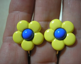 "Play Earring - Clip - Daisy - Bold Yellow/Blue - 3/4"""