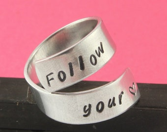 VENTE - suivez votre coeur Wrap Twist - anneau réglable en aluminium - Handstamped bague - Valentin