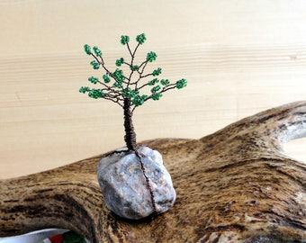Grüne Perlen Draht Baum des Lebens auf einem Felsen kleine