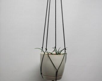 Very simple black plant hanger, hanging planter, flowerpot hanger, hanging flowerpot holder.