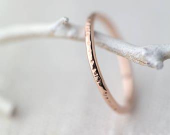Écorce texturé Or Rose bague Band - martelé empilage bague en or Rose rempli - Skinny Stack Ring - bague minimaliste en or rose à la main