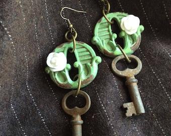 Steampunk #steamstyle #vintage #vintagekeys #shabbychic #keyhole #whiterose #earrings
