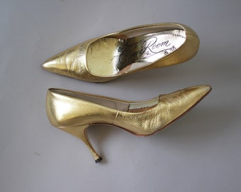 vintage 1960s shoes / 60s gold leather heels / 60s metallic pumps / 60s stiletto heels / 60s pointy toe heels / 60s warm gold pumps / 7.5