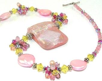GRANDES DÉMARQUES - rose corail vif jaune fil enroulé amas de cristaux sur un collier de perles en verre fusionné dichroïque