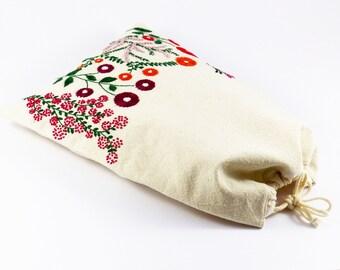 Pochon motif brodé, broderie à la main, doublure coton, fermeture à coulisse, cordon de serrage, rangement lingerie, pochon tissu doublé