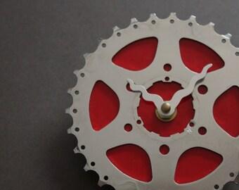 Fahrrad-Gear Clock - leuchtend rot | Fahrrad Uhr | Wanduhr | Recycelte Bike Parts Clock