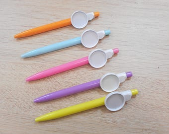 has 1 pen with 25 mm cabochon you make your choice of tropical theme