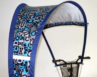 Imperméable pour vélo avec motifs bleus et lettres de l'alphabet