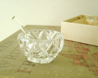Vintage crystal salt cellars & crystal spoons, 5 tiny salt dishes in cut crystal, vintage 1930s dining table serving accessories