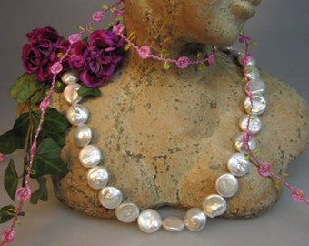 Breeding bead, cream in disc form 12 mm with chandelier