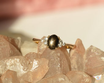 Vintage black star sapphire and diamonds 18 ct gold (750) ring.
