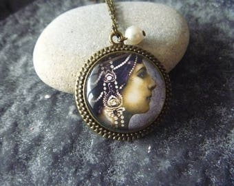vintage Necklace: Locket woman