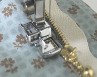 PP026 - Presser foot has clip, double zipper installation