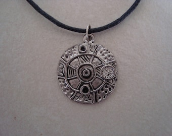 Silver patterned round pendant necklace