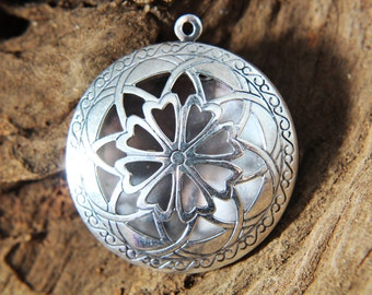 Locket - filigree - antique silver plated star flower photo / perfume or essential oil diffuser / pendant