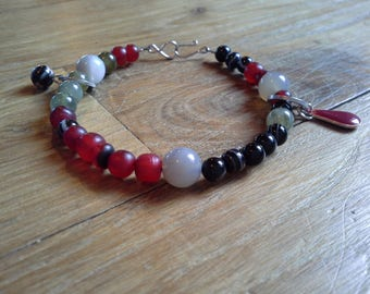 Bracelet red black and green natural beads