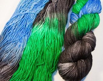 Laine à chaussette mérinos Superwash - SUPER moelleux, teint à la main! -dans le coloris «Terre de l'espace»