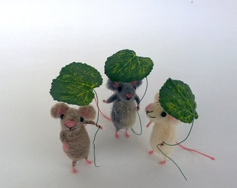 Felt mouse, Miniature animal, Mouse with leaf, Collectible Dollhouse, Whimsical Waldorf mice, Needle felted woolen toy, Cute natural gift
