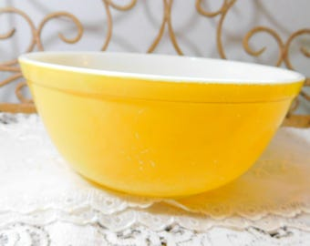 Pyrex Mixing Bowl, Med Size Yellow Pyrex Bowl, Nesting Bowl, Country Kitchen Decor, Vintage Kitchen Decor, Country Home Decor, Prop )s*