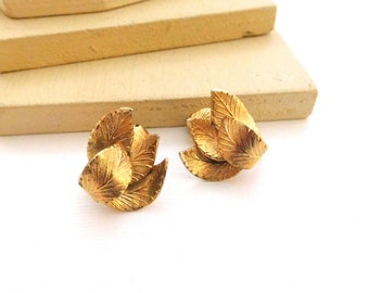 Vintage Signed Coro Gold Dimensional Curling Leaf Clip On Screw Earrings H48