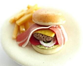 Plat miniature, Hamburger avec du jambon, viande frite et regarder grand et délicieux