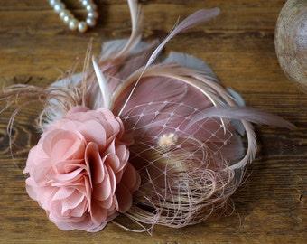 Comes love Fascinator soft pink apricot blush rosé Federn Haarschmuck headpiece Many different colors Brautschmuck pastell  Puder creme